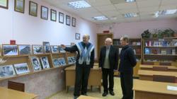 Экскурсию по выставке проводит В.С. Жаравин (крайний слева)