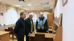 Знакомство с выставкой. Слева направо: В.А. Городилов, В.А. Ситников, В.С. Жаравин