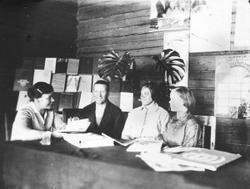 Группа стахановцев - участников проходившего в библиотеке чрезвычайного районного съезда Советов.