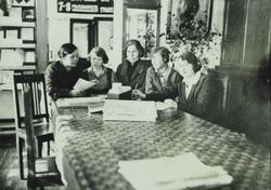 Студенты Кировского библиотечного техникума вместе с библиотекарями, своими наставниками.