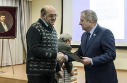 Вручение В.С. Жаравину благодарности от В.В. Быкова (справа)