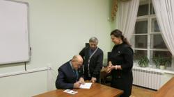 В.С.Жаравин подписывает свои издания