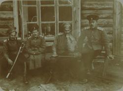 Игнатьев П.К. (первый слева) (предположительно) с сослуживцами